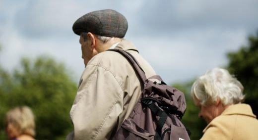 Äldre par som går bredvid varandra. Många äldre drabbas av Alzheimers, men nu visar ny studie att vissa är immuna mot dess symtom.