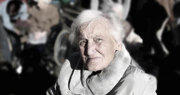 Äldre kvinna som tittar in i kameran.