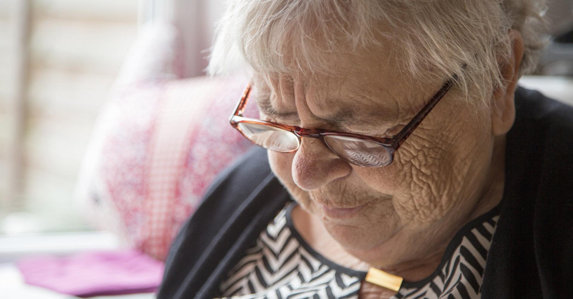 Gammal kvinna med glasögon. Närbild.