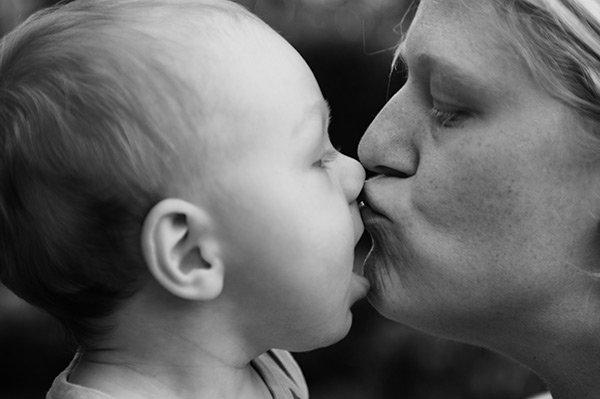 Mamma och bebis puss
