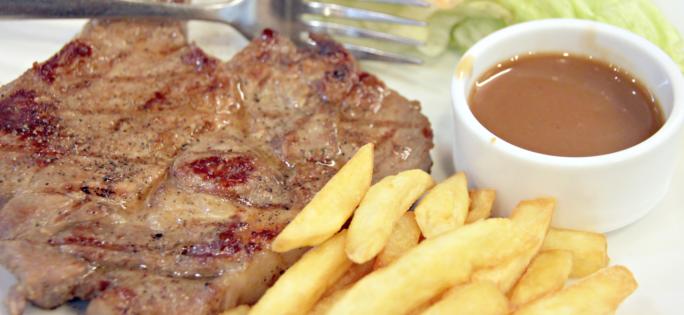 Stek med pommes frites och brunsås