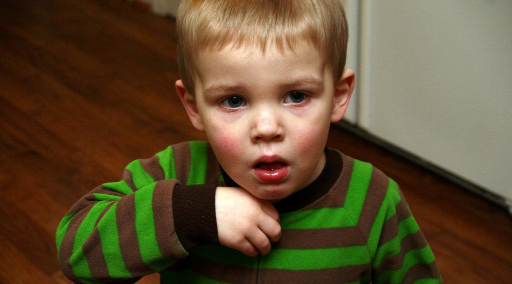 Pojke med astma hostar
