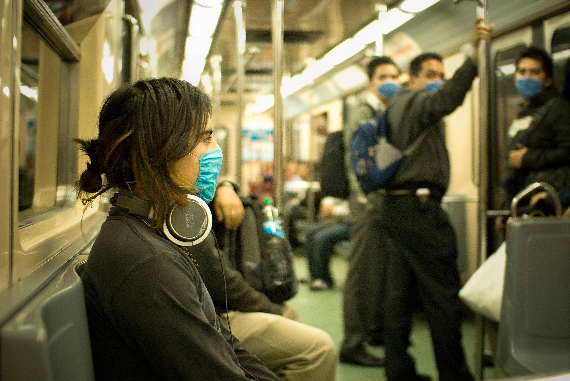 Personer i tunnelbanan med munskydd