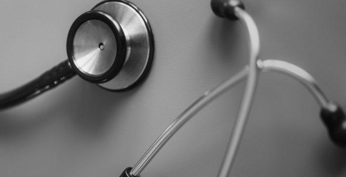 Stetoskop på ett bord