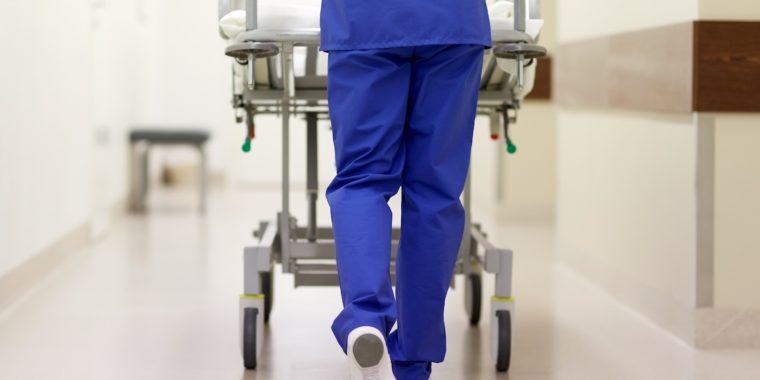 Patient med covid-19 och en läkare