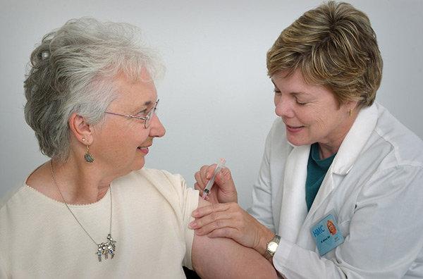 Gammal dam vaccineras