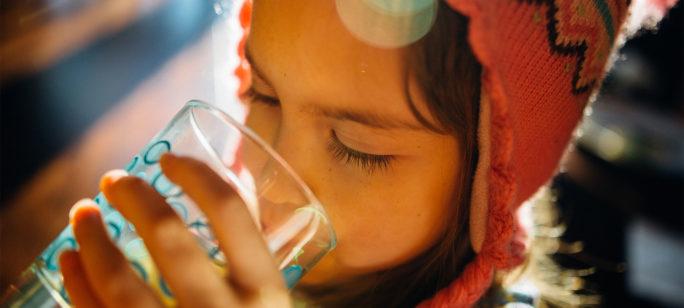 Lindra förkylning hos barn med receptfri medicin och mycket vätska.