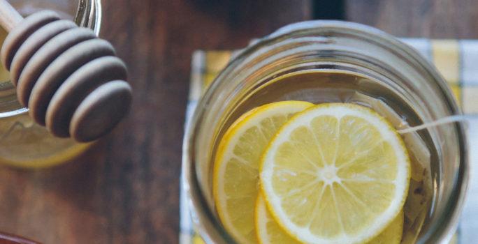 Lindra förkylning med receptfri medicin och ta hjälp av en mild huskur som varmt te med citron och honung.