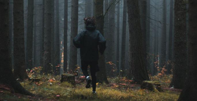 Man springer i skogen trots förkylning och feber vilket kan ge hjärtmuskelinflammation.