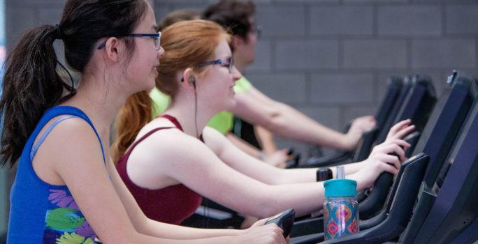 Två tjejer tränar på gym trots förkylning