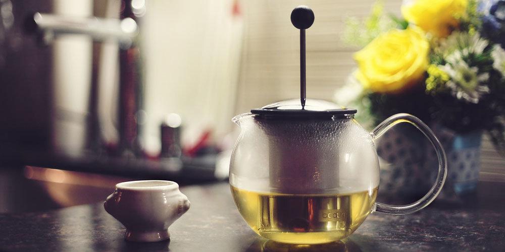 En tekanna med varmt, grönt te.