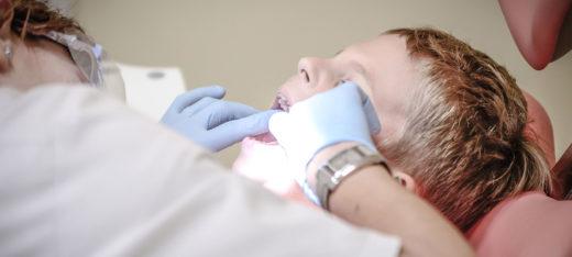 Pojke på tandläkarundersökning.