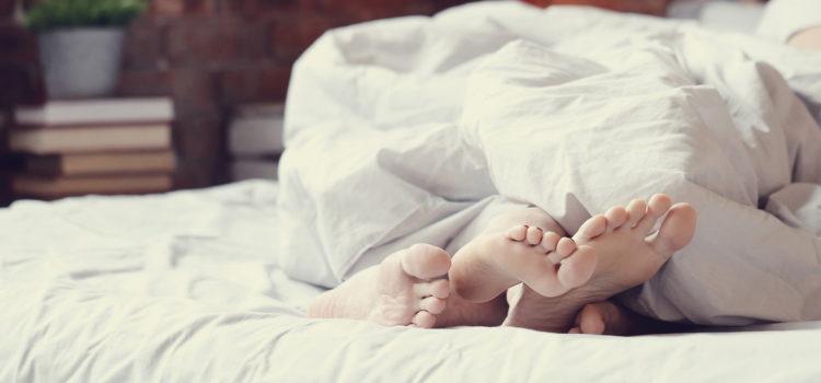 Två personer har oskyddat samlag i en säng. Att klamydia smittar via sex än känt sen länge.