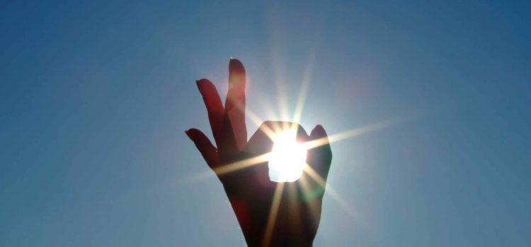 En hand och blå himmel