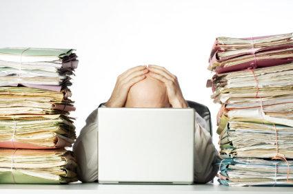 Stressad man som har mycket arbete