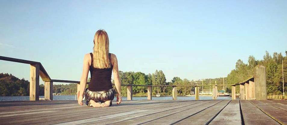 Ulrica Boajé mediterar på en brygga, Ekerö.