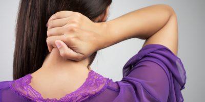 Kvinna har ont i nacken på grund av långvarig stress