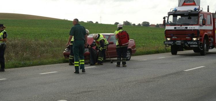 Räddningstjänsten tar hand om en bil som krockat