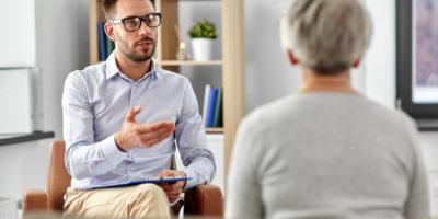 Psykolog samtalar med deprimerad kvinna