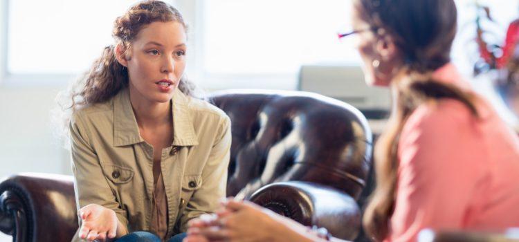 Kvinnlig patient pratar med en psykolog