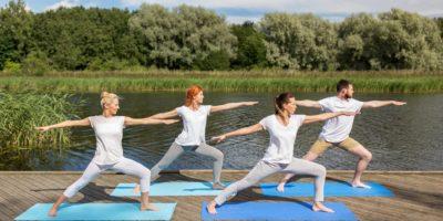 Yogautövare vid en brygga