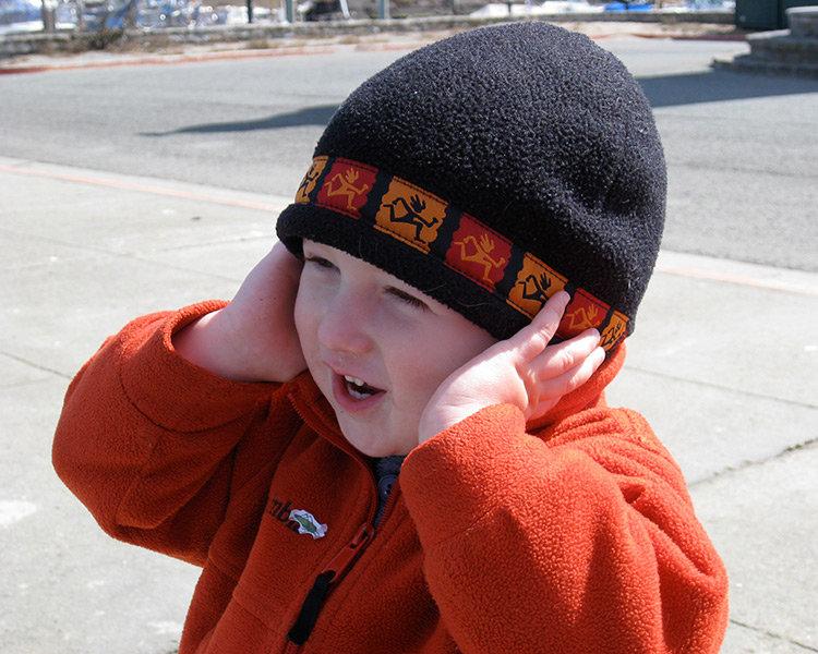 Barn som håller för öronen