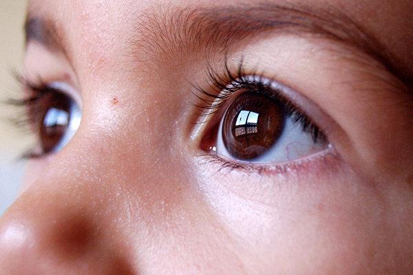 Ett barns bruna ögon