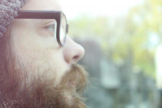 Man i profil med glasögon.
