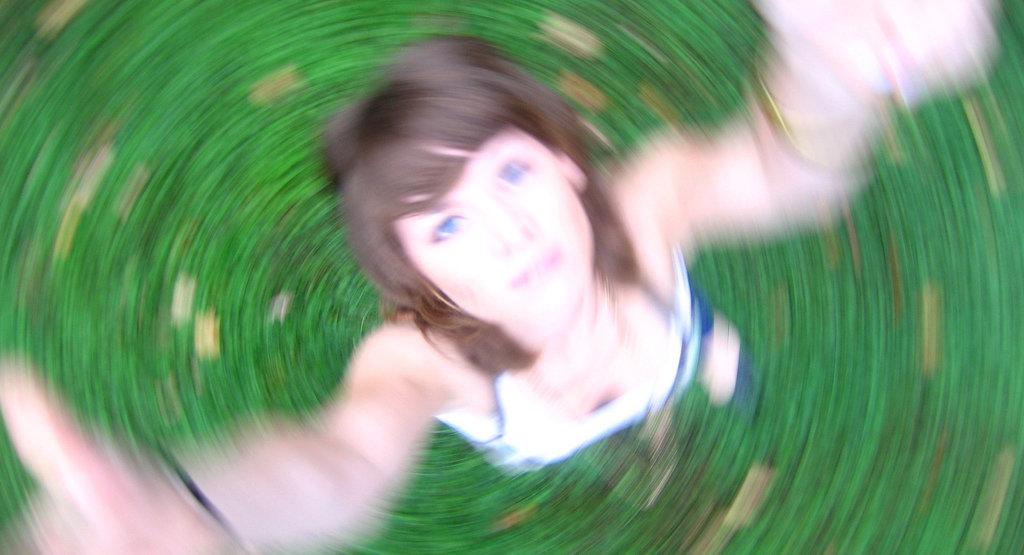 Suddig bild på en kvinna som håller på att svimma.