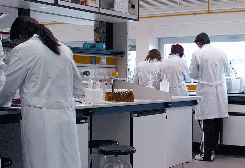 Forskare på laboratorium.