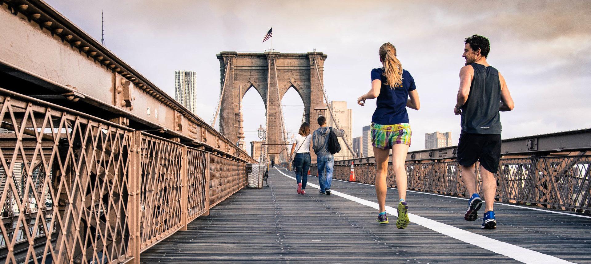 Människor som springer över Brooklyn bridge.