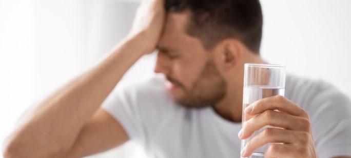 Man med diabetes dricker vatten