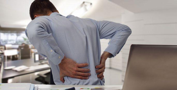 Man som har ont i ryggen