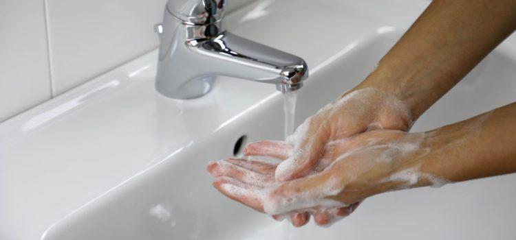 Person tvättar händerna