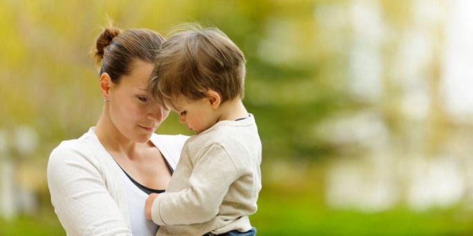 Mamma håller i sin son som kan ha ärvt en riskgen för cancer.