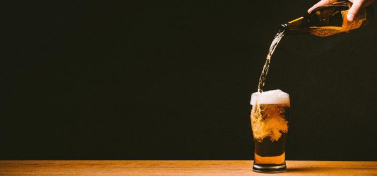 Öl hälls upp i ett glas