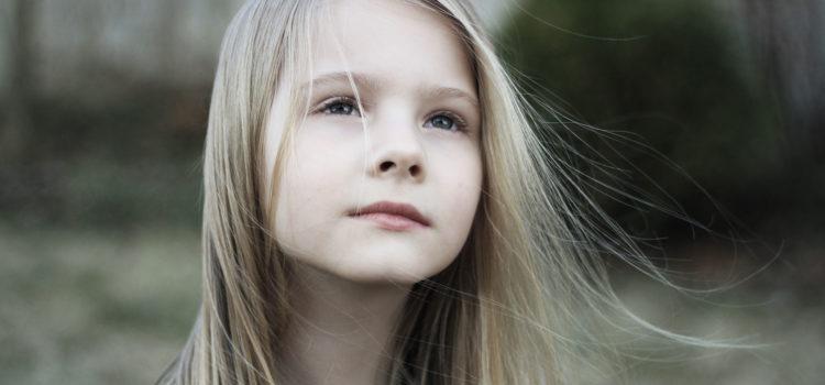 Ung tjej tittar i luften