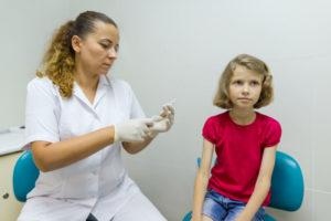 Flicka får HPV vaccin