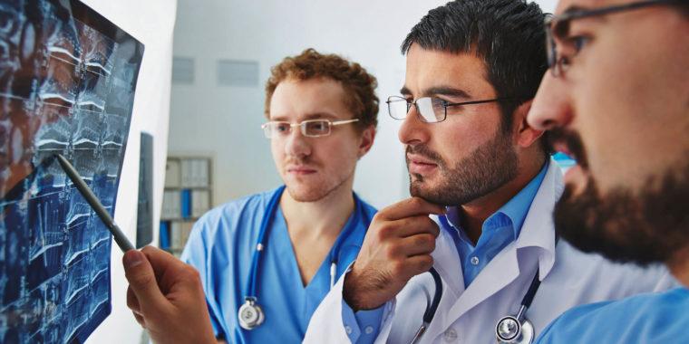 Läkare undersöker röntgenbild