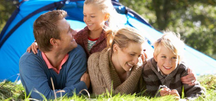 En familj ligger på en gräsmatta