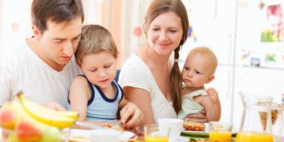 Familj äter frukost