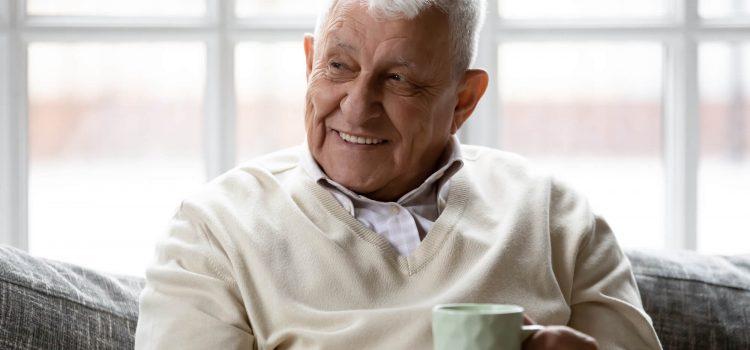 Äldre man med en kopp kaffe