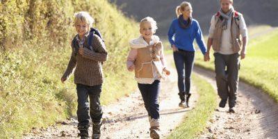 Familj ute och vandrar
