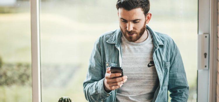 Man tittar på sin mobiltelefon
