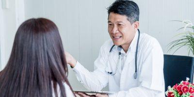 Läkare pratar med en patient