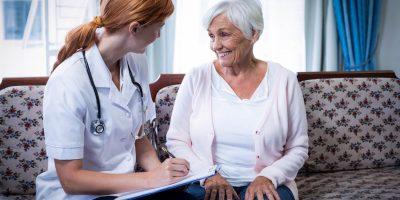 Äldre dam pratar med läkare
