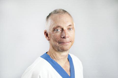 Fredrik Huss, överläkare vid Brännskadecentrum är själv brännskadad. När han var tre år lekte han med tändstickor i baksätet på en bil och så började det brinna.