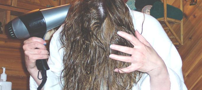 Tjej tvättar håret. Ett bra sätt att mildra besvären vid pollenallergi.