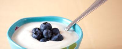 Tallrik med yoghurt och blåbär