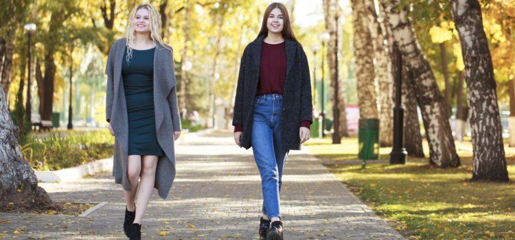 Två tjejer går i en park
